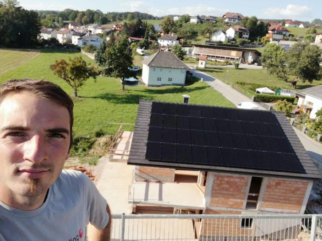 David von Elektro Hinterdorfer mit 40 PV-Panelen auf einem Rohbau-Dach im Hintergrund
